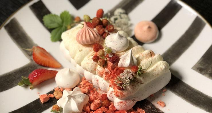 pavlova vasaras deserts bezē kūka rotāt ar ziediem