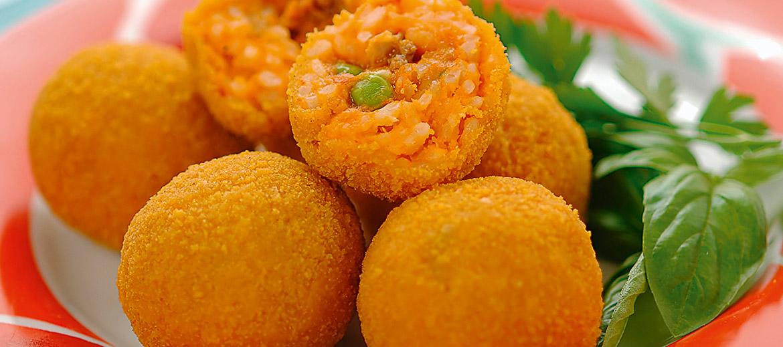 Arancini – pildītas rīsu bumbiņas, apvārtītas rīvmaizē un fritētas eļļā. Tradicionāli arančīni ir pildīti ar gaļas un tomātu ragū mērci, mocarellu un zaļajiem zirnīšiem. Nosaukums cēlies no apaļās formas un krāsas, kas līdzinās apelsīniem (arancino – mazs apelsīns). Sicīlijas austrumu daļā arančīniem ir koniska forma.