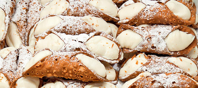 Cannoli – fritētas jeb eļļā vārītas vafeļu mīklas trubiņas, pildītas ar saldu rikotas krēmu.