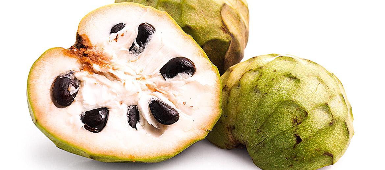 (Annona cherimoya) Dēvēta arī par krēma ābolu. Pēc izskata atgādina sirds formu. Šķiet, viens no saldākajiem augļiem pasaulē, dažkārt to sauc arī par cukura ābolu, jo čerimoja satur apmēram 15 gramus cukura 100 gramos augļa (un tas patiešām ir daudz – 3 tējkarotes!). Čerimojas garšu raksturo šādi: kaut kas starp mango, zemenēm, banānu un papaju. Krēmīgi salda. Varētu šķist, ka visi šajā rakstā pieminētie eksotiskie augļi ir izteikti siltummīļi – jā, par vairākiem tas būs trāpīts desmitniekā, bet tikai ne par čerimoju! Krēma āboli aug diezgan lielā vēsumā, apmēram 1–2 kilometru augstumā virs jūras līmeņa. Tāpēc arī pēc nopirkšanas tos droši var likt ledusskapī – tas čerimoju garšai un struktūrai nekaitēs. Čerimojas sēklas nav ēdamas. Augļa miza ir zaļgana, viegli ievainojama. Pērkot jāskatās, lai tā nebūtu pārlieku sabrūnējusi, jo tas nozīmē, ka auglis ir pārgatavojies. Cukuroto augli ēd līdzīgi kā kivi – pārgriež uz pusēm un ar karotīti izēd mīkstumu. Sēklas un miza jāatstāj uz šķīvja. Lai novērstu augļa brūnēšanu, to vēlams pārslacīt ar citrona sulu. Pašlaik lielākās čerimoju eksportētājas pasaulē ir Taizeme, Malaizija, Ķīna, Austrālija, Spānija, Čīle, Venecuēla un Kolumbija. Šajās zemēs ļoti iecienīts ir čerimoju saldējums. Augļus mēdz arī atvēsināt saldētavā un tad ēst, pārgrieztus uz pusēm, kā atspirdzinošu desertu. Čerimoju platības pasaulē gan samazinās, jo to audzēšana saistīta ar lielām izmaksām. Čerimoju ražas laiks ir: janvāris – maijs, novembris – decembris. Tātad pašlaik ir īstais laiks tās nogaršot! Eiropa šos saldumus visvairāk saņem no Čīles un Spānijas.