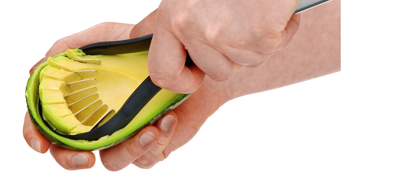 Cilpas veida avokado mizotājs, kas gatvots no nerūsējošā tērauda. Ar to var viegli un bez piepūles avokado mīkstumu izņemt no mizas un sadalīt gabaliņos.