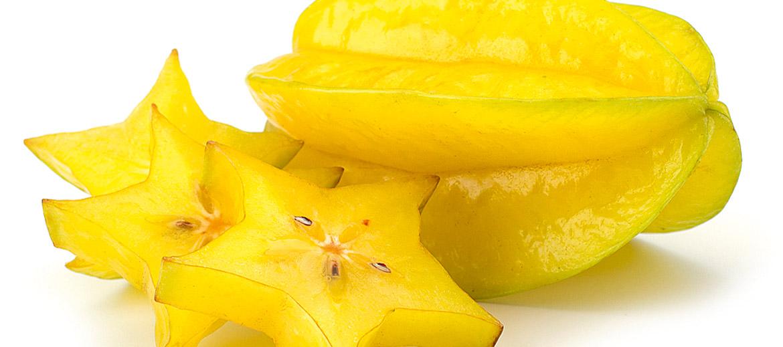 Dēvēta arī par zvaigznes augli– kad karambolu sagriež šķēlītēs, patiešām veidojas zvaigznītes. Karambolas ir kraukšķīgas, ar svaigu garšu, tāpēc kā dekora elements labi iederas krēmīgos desertos un tortēs. Karambolu pievieno arī augļu salātiem, izmanto kokteiļu noformēšanai. Valstīs, kur šo augli ēd tikpat daudz kā mēs vasarā ķiršus, to pievieno arī garneļu un citu jūras velšu ēdieniem, putnu un citai gaļai. Kvalitatīvai karambolai ir pievilcīgi zaļa krāsa, ar nelielu dzeltenīgu atspīdumu, augļa maliņas var būt mazliet brūnganas – arī tas pieder pie lietas. Virskārtiņas dzeltenīgums norāda uz augļa gatavību. Jo lielāka karambola, jo, visticamāk, tā būs arī saldāka. Negatavas karambolas ledusskapī iespējams glabāt pat 3–4 nedēļas. Zvaigznes auglis nav jāmizo, vienīgi pirms ēšanas var nogriezt pašus galiņus. Karambolās ir ļoti augsta skābeņskābes koncentrācija, kas traucē kalcija un dzelzs uzsūkšanos. Taču Latvijā karambolu ēdam tik reti, ka par šo faktu nav jāraizējas. To vērts atcerēties vienīgi, dodoties ceļojumā uz eksotiskām zemēm, kur karambolas ir ierasts viesis ēdienkartē. Eiropas valstīm lielākais karambolas daudzums tiek piegādāts no Malaizijas. Ražo visu gadu. Aptuvenā cena veikalos