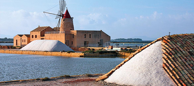 Trapāni un Marsalas provinču piekrastē ir vairākas JŪRAS SĀLS ieguves vietas. Ja sanāk būt tajā pusē, būs interesanta ekskursija! Sicīlijas sāls ir sāļāks, nekā ierasts, tāpēc ēdieniem jāpievieno uzmanīgi.