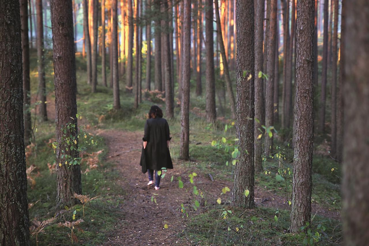 «Mana spēka vieta, kas atrodas netālu no mūsu mājām mežā. Es tur mēdzu braukt pastaigāties ar suni, mēdzu arī doties viena pati ar savu jogas paklājiņu, meditēt.»