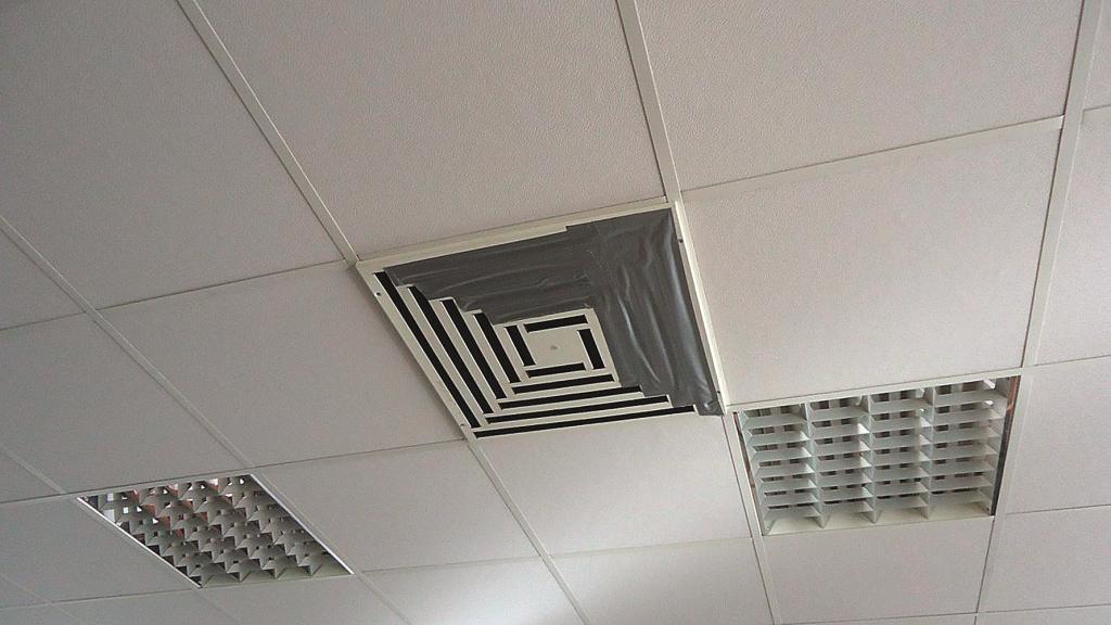 Dažos birojos kondicionierus aizlīmē šādi