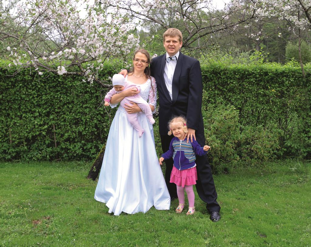 Piecu gadu kāzu jubilejā kopā ar vīru Normundu un meitām Lieni un Aiju. Guna ģērbusies savā kāzu kleitā.