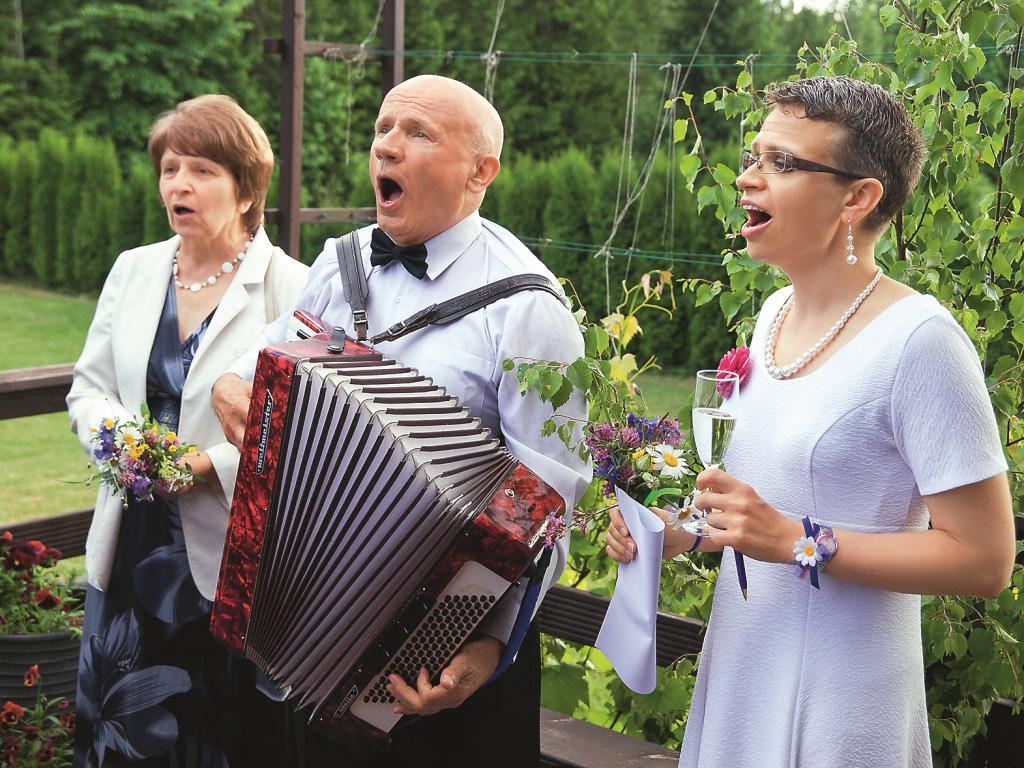 Lieli dziedātāji. Guna ar vecākiem brāļameitas kāzās pirms trim gadiem.