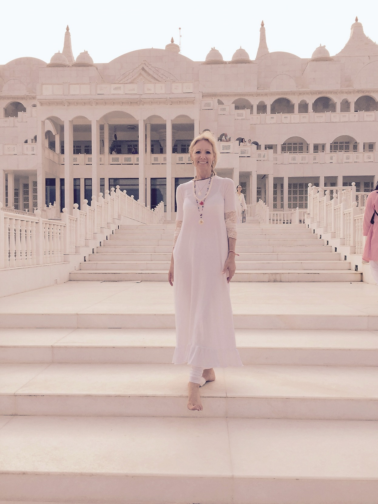 SIEVIŠĶĪBAS PARAUGSTUNDA. Amoralle kleitā Vienotības templī Indijā. «Šo tērpu braucienam uz Indiju speciāli pasūtīju pie dizaineres Ineses Ozolas.»