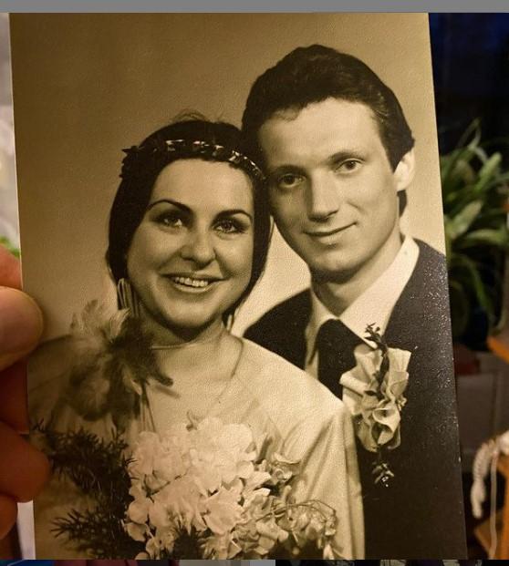 DINA un JĀNIS apprecējās 1986. gadā. Intervijā žurnālam Ieva abi labprāt gremdējās atmiņās par jaunības laikiem, kad sācies viņu mīlas stāsts. Tas noticis pēc tam, kad Jānis bija atgriezies no dienesta padomju armijā. «Ar Jāni iepazināmies pie draugiem. Katrs toreiz atnācām ar savu otro pusīti, taču iepazināmies un sapratām – viens otram patīkam labāk nekā draugi, ar kuriem atnācām,» atklāja viņa.
