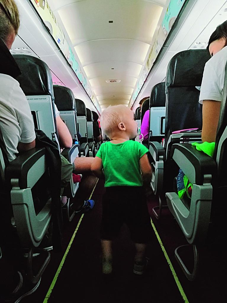 Rafaels lidmašīnā ceļā uz Bali.