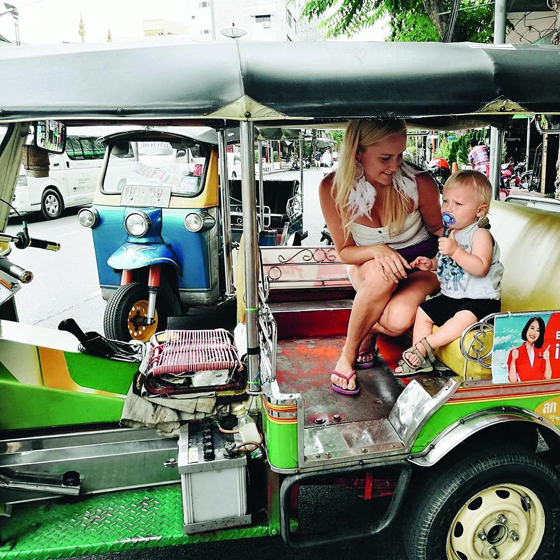 Vizināšanās ar tuktuku Bangkokā.