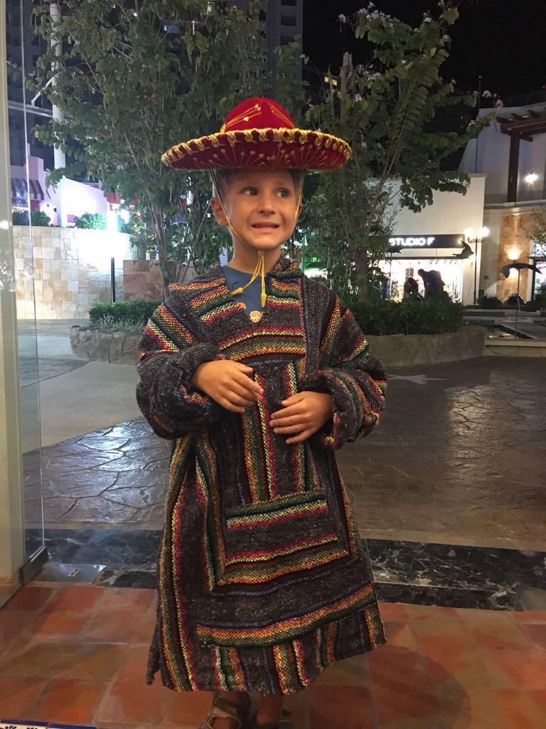 Augusts meksikāņu apģērbā.