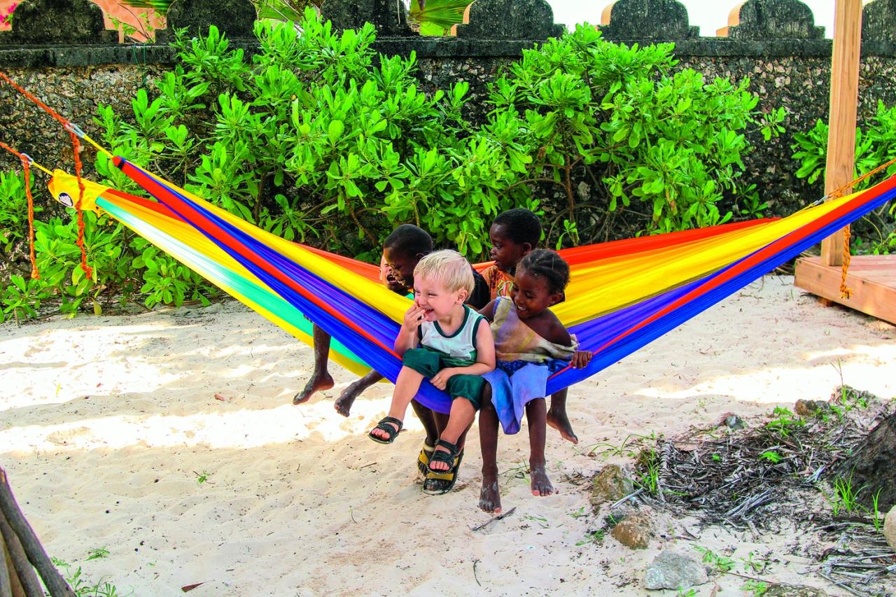 Rafaels ar draugiem Zanzibārā Āfrikā.