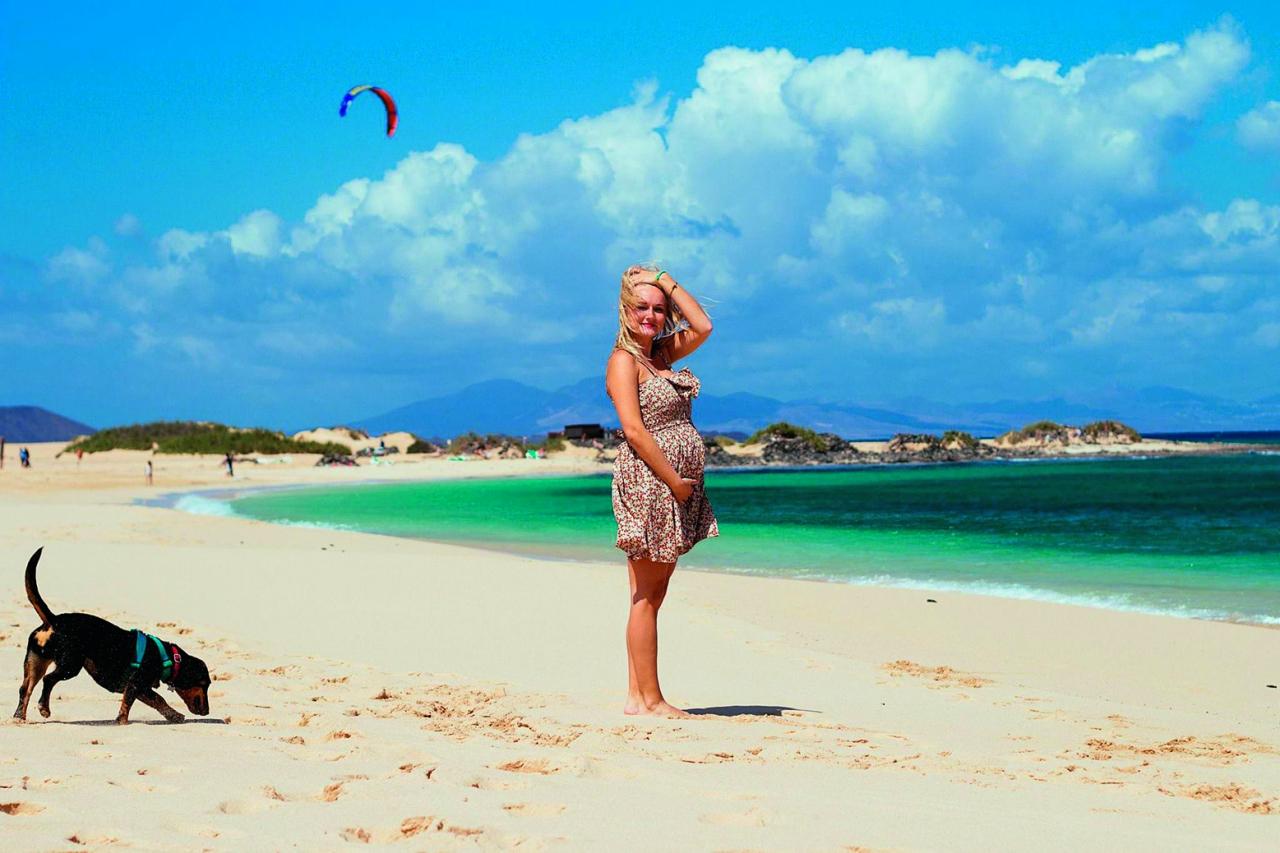 Aiga ar Rafaelu puncī pludmalē Kanāriju salās.