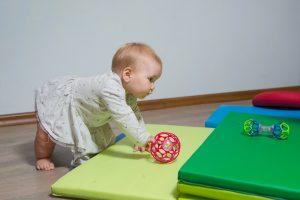 Ļoti labas rotaļlietas šajā vecumā ir dažādu lielumu un smagumu bumbiņas, ko bērns var spaidīt, ripināt un līst vai rāpot tām pakaļ. Ļoti liels sasniegums – iemācīties bumbiņu satvert un mest, tas attīsta gan koordināciju, gan mazuļa spēju koncentrēties.