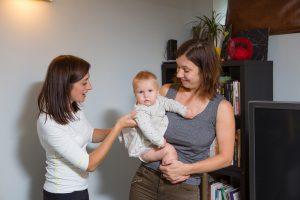 Ja bērniņš aktīvāk izmanto tikai vienu ķermeņa pusi, jāņem talkā viltība, ar dažādām mantiņām un rotaļām mudinot viņu izmantot arī mazāk aktīvo pusi.