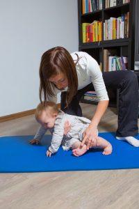 Liekot bērnu uz zemes, var izmantot tā saukto atpūtnieka pozu – pussēdus uz gurna. Starp citu, šī poza ir ļoti sarežģīta, jābūt ļoti trenētam, lai tā izdarītu. Tas ir liels muskuļu darbs mazajam bērniņam. Pamēģiniet paši!