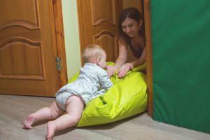 Mamma ir pievilcīgāks mērķis par jebkuru rotaļlietu. Ne jau velti saka, ka vislabākais rotaļu laukums bērnam pirmajā dzīves gadā ir vecāku gulta un labākie šķēršļi un trenažieri – mamma un tētis.