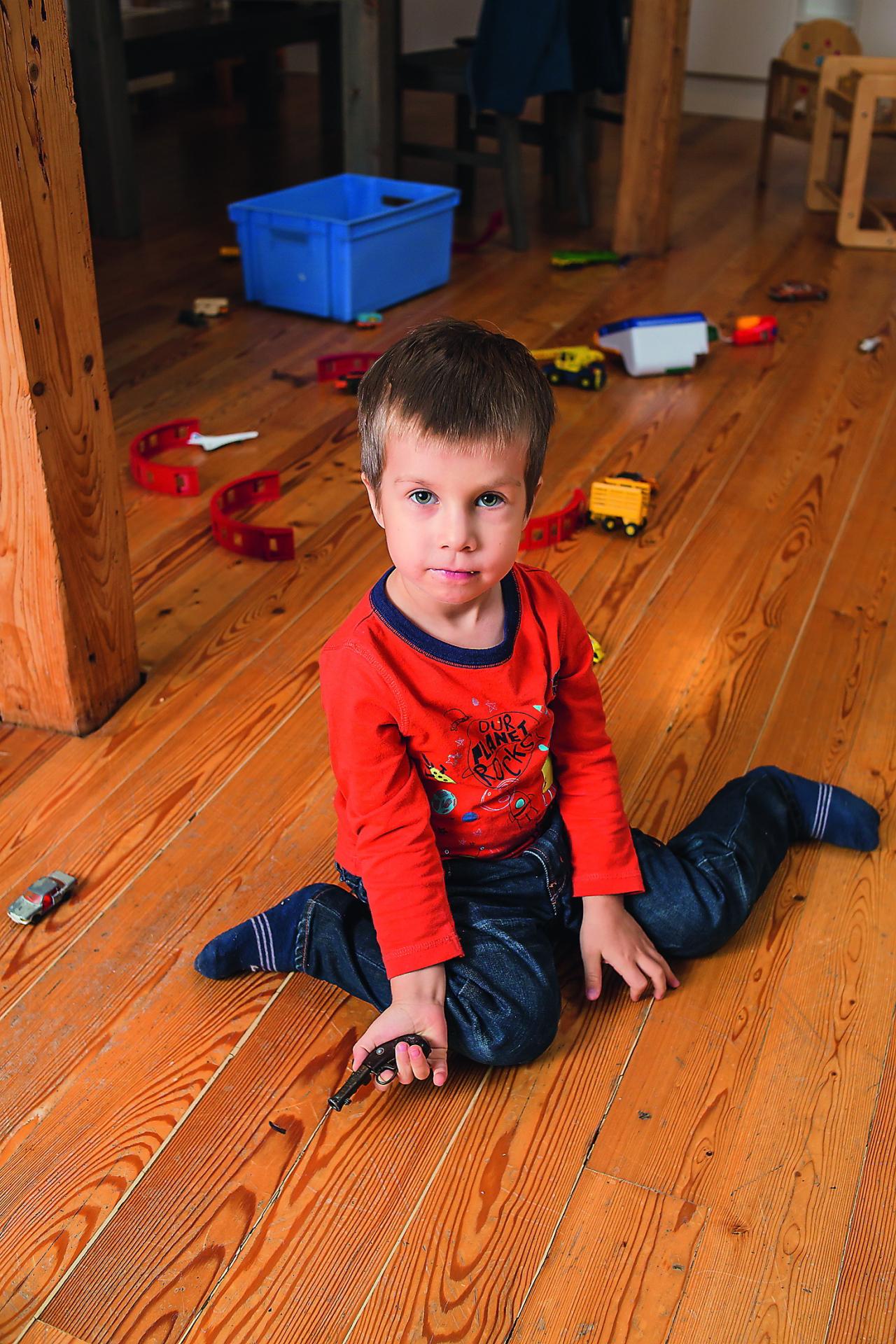 Ja, bērnam sēžot uz grīdas, viņa kājas ir kā w burts, viņš noteikti jāmudina pārsēsties uz celīšiem, lai dupsis ir uz pēdiņām, vai tā dēvētajā turku pozā. Šīs pozas ir pietiekami stabilas un nemaz nav kaitīgas attīstībai.