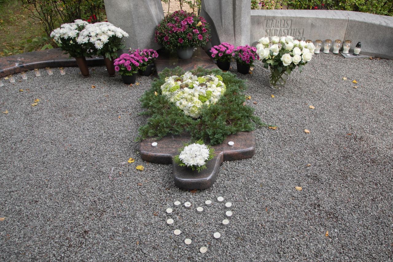 Kārļa Skrastiņa atraitne Zane ar meitām sarūpēja ziedu kompozīciju, kas hokejista nāves gadadienā tika nogādāta kapsētā.