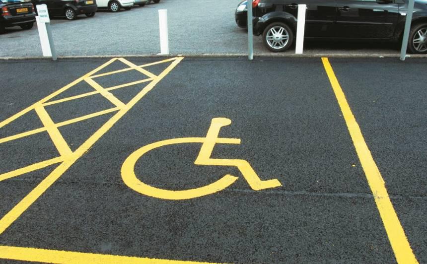 Kāpēc veseli braucēji <strong>drīkst</strong> stāvēt <strong>invalīdu</strong> stāvvietās?