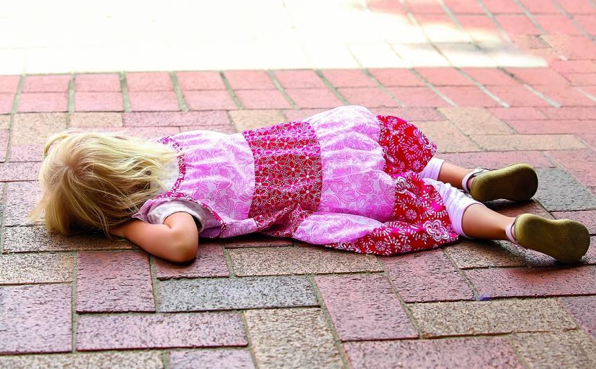 Kāpēc bērni krīt gar zemi, ja nedabū kāroto?
