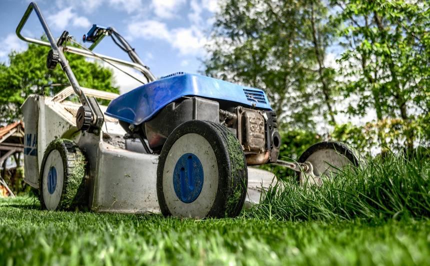 <strong>Kā ieziemot</strong> trimmeri, mauriņu pļaujmašīnas, robotus un traktorus?