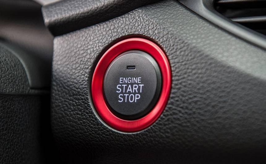 Kas notiek, ja braucot tiek nospiesta <strong>Start/Stop poga</strong>?