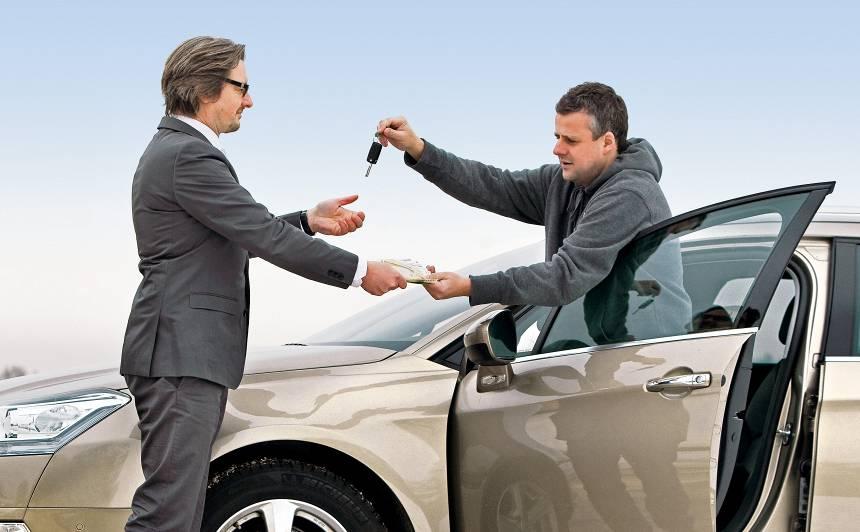 Kā <strong>izdevīgāk pārdot auto</strong> — pašam vai uzticēt citiem?