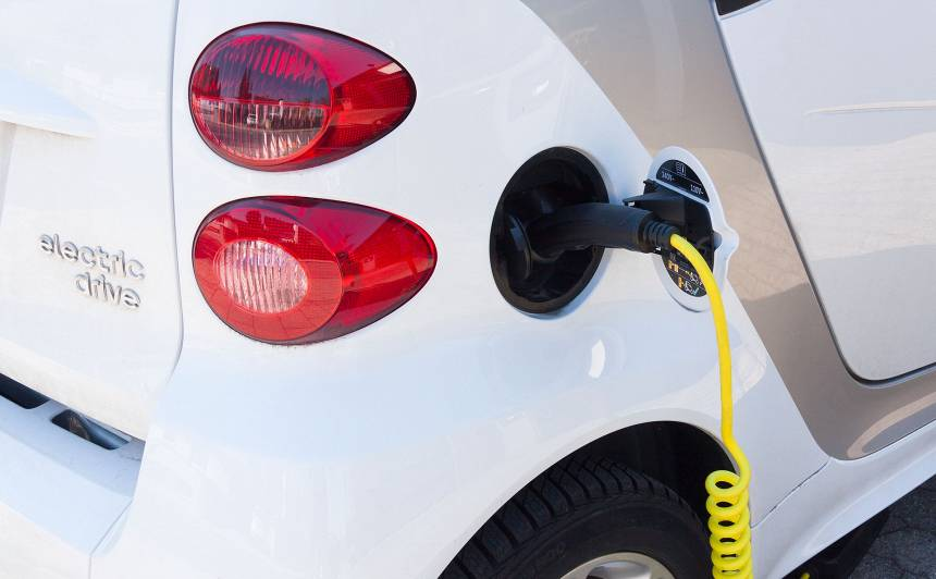 Elektroauto, hibrīda motori un šūnas tehnoloģija - <strong>trūkumi un ieguvumi</strong>