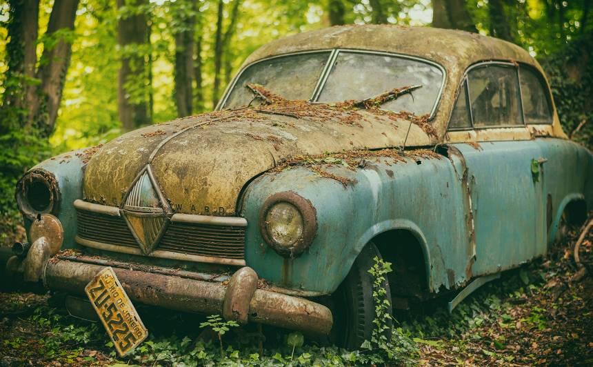 Cik ilgi <strong>pamests auto</strong> drīkst stāvēt daudzstāvu mājas pagalmā?
