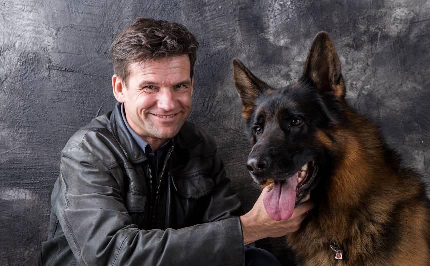 Vilis Daudziņš par pieredzi filmēties ar suņiem: <strong>Pilnas kabatas cīsiņu</strong>!