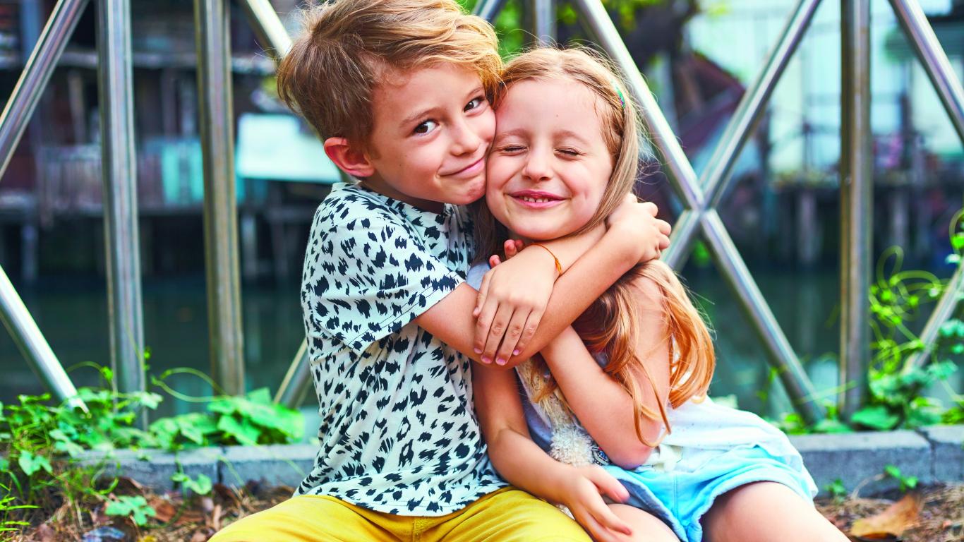 Ieteikumi <strong>veiksmīgākām brāļu un māsu attiecībām</strong> ģimenē