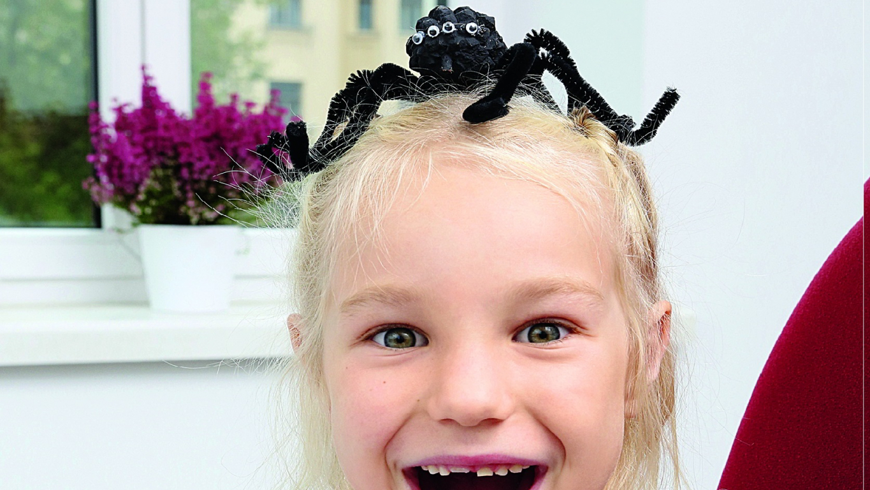 <strong>Helovīna zirneklis</strong> no priežu čiekuriem