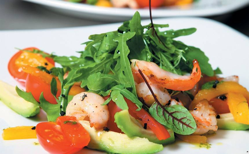 Salāti ar ceptu papriku, garnelēm un avokado recepte