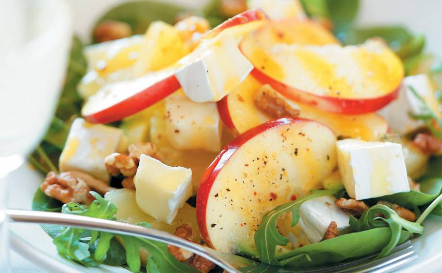 Ananasa salāti ar ābolu un brī recepte