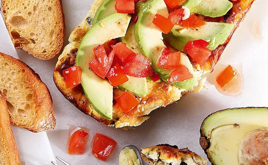 Cepts biezpiens ar avokado un tomātu mērci receptes