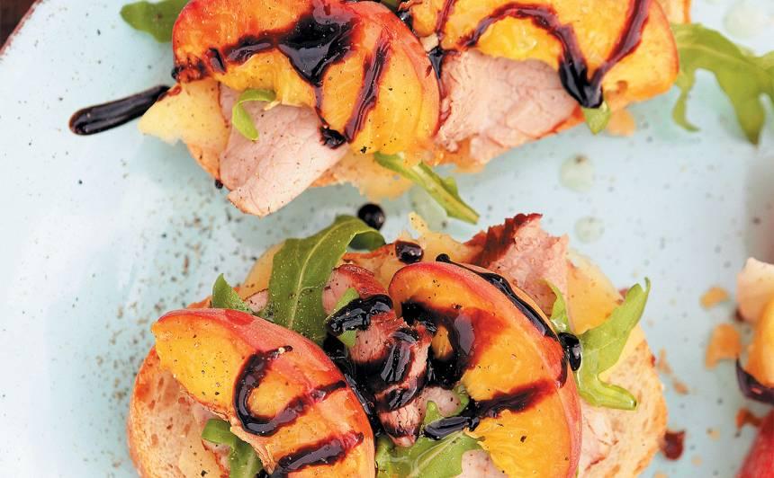 Karstmaizes ar uz oglēm ceptu steiku un persikiem recepte