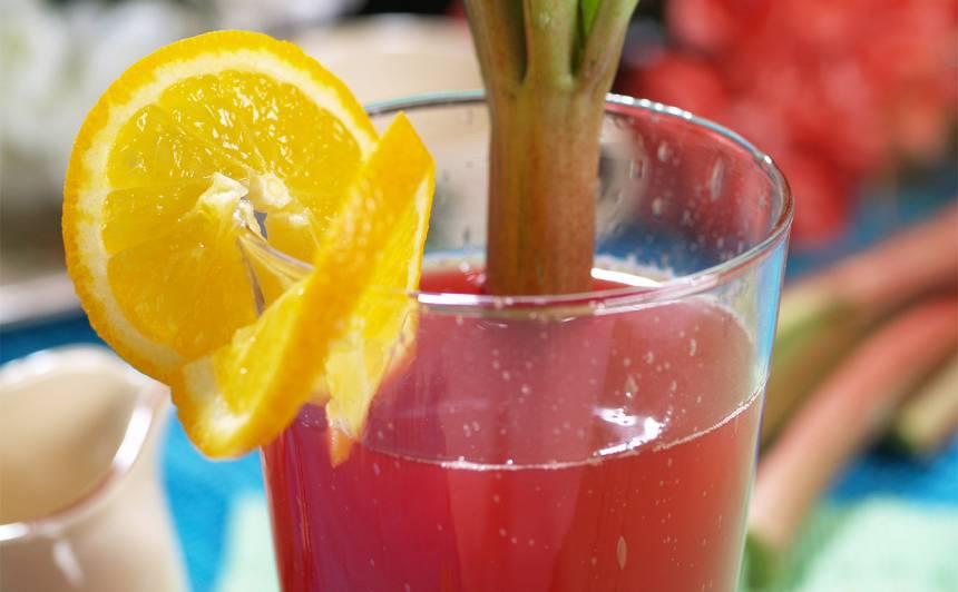 Rabarberu kokteilis ar karkadē ziediem recepte
