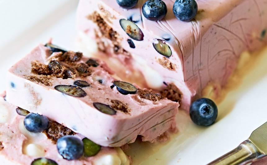 Jogurta un biezpiena želeja ar zefīru un mellenēm recepte