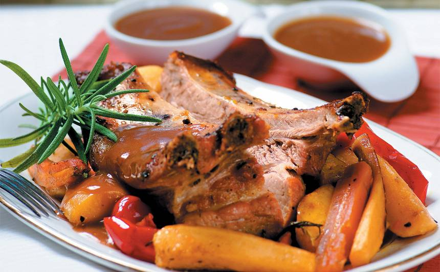 Ceptas cūku ribiņas ar dārzeņiem recepte