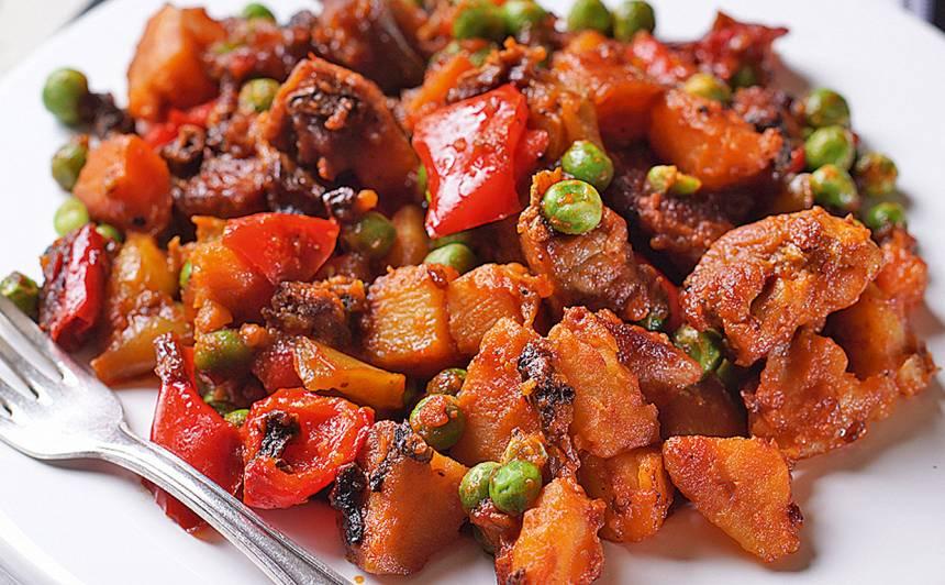 Cūkgaļas, dārzeņu sautējums ar zirnīšiem recepte