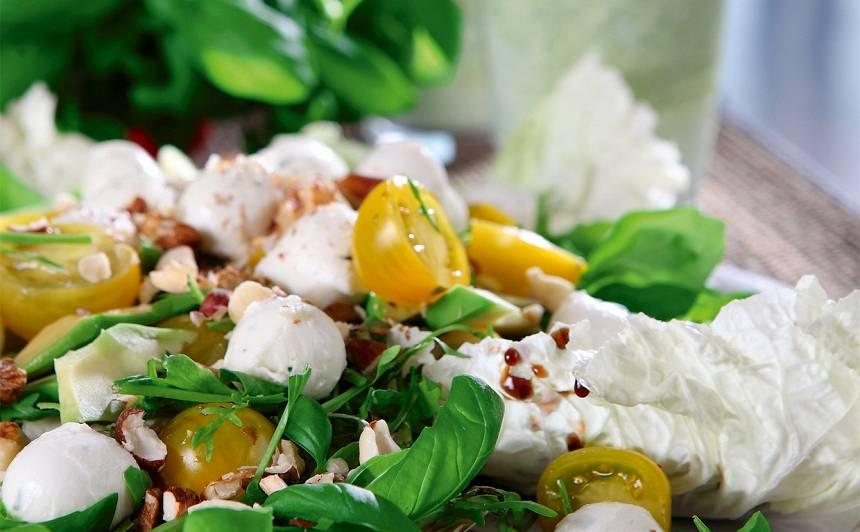Svaigie salāti ar riekstiem un trifeļu eļļu