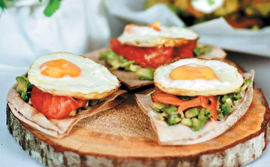 Arābu maize ar avokado salātiem, lasi un olu