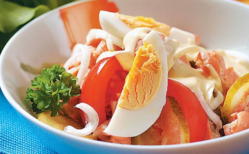 Lētie laša, olu salāti recepte