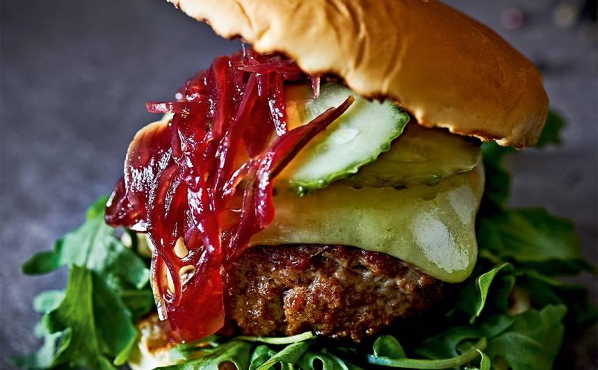 Gaļas burgers ar sīpolu džemu