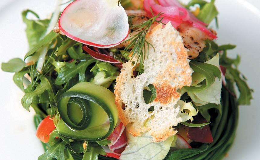 Salāti ar svilinātu upes foreli recepte