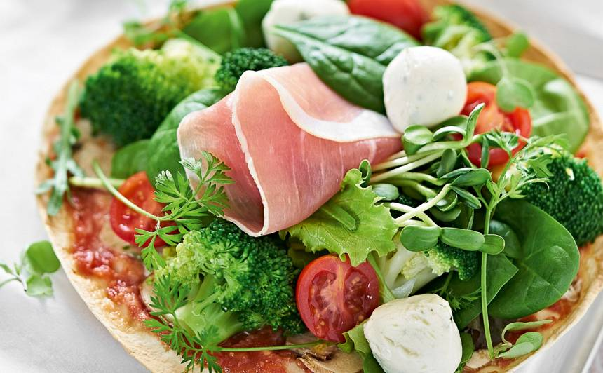 Mini picas ar sēnēm un zaļumiem