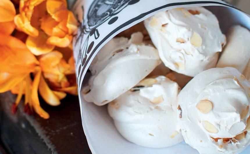 Lielie meringi ar mandeļu skaidiņām recepte