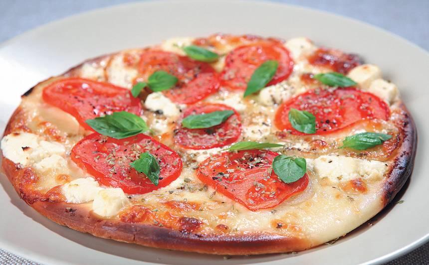 Pica ar tomātiem un fetu recepte